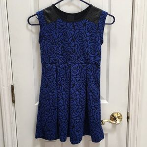 Other - Blue rose print skater dress